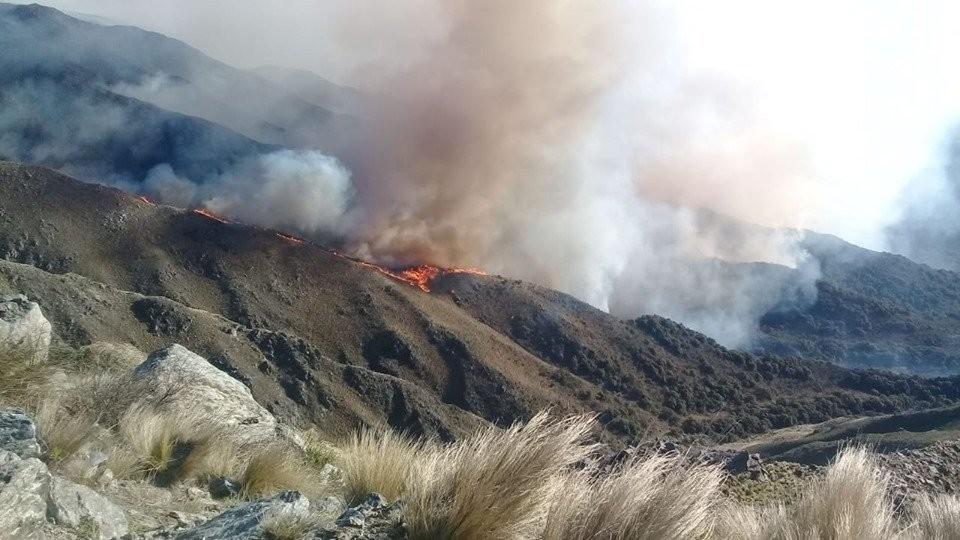 Controlan gran parte del incendio en las sierras