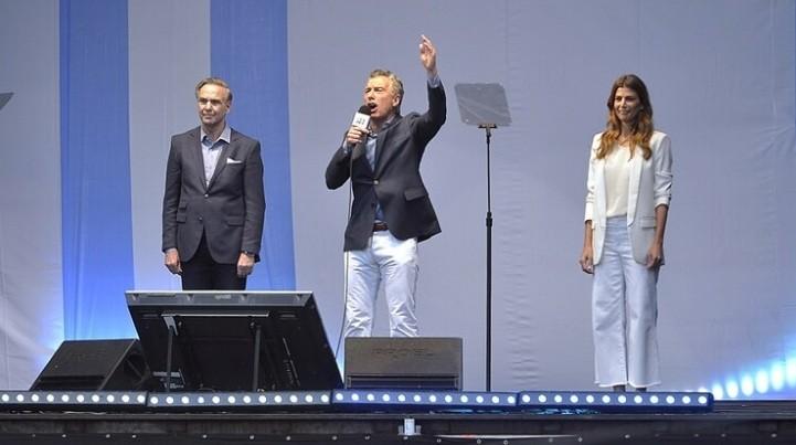 Ante cientos de miles de personas reunidas en el obelisco, Macri llamó a dar vuelta la elección