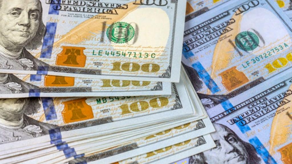 El dólar anotó su décima suba consecutiva y roza los $61