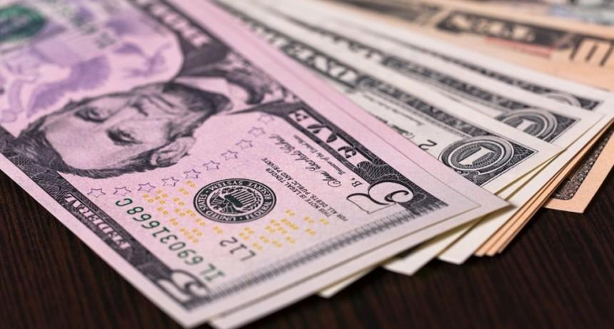 El dólar terminó en baja una semana en la que subió 53 centavos