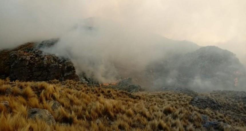 Bomberos combaten un incendio en Merlo