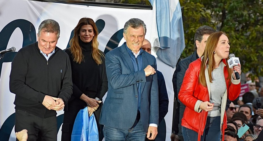 Macri dijo que el país hoy está mucho mejor parado que hace cuatro años y cantó el Himno con Raúl Lavié