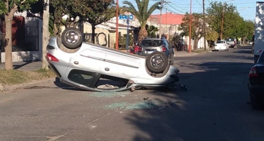 Villa Mercedes: un automovilista alcoholizado chocó a un auto estacionado y volcó