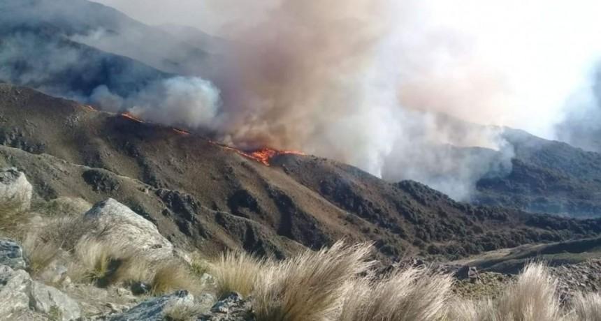 Continúan los trabajos de bomberos y brigadistas para combatir el fuego en Sierra de los Comechingones