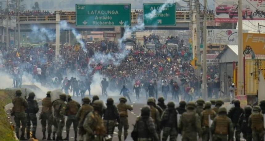 Caos total en Ecuador: Manifestantes tiran bombas molotov