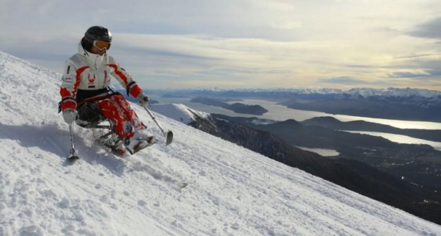 Un accidente lo dejó inmóvil y hoy es el primer instructor de esquí en sillas de ruedas del mundo