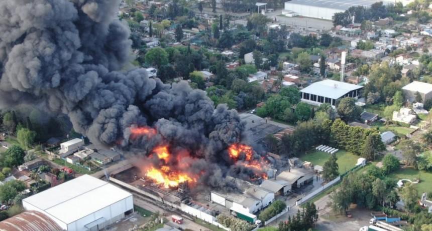 Voraz incendio en una planta química de Benavídez