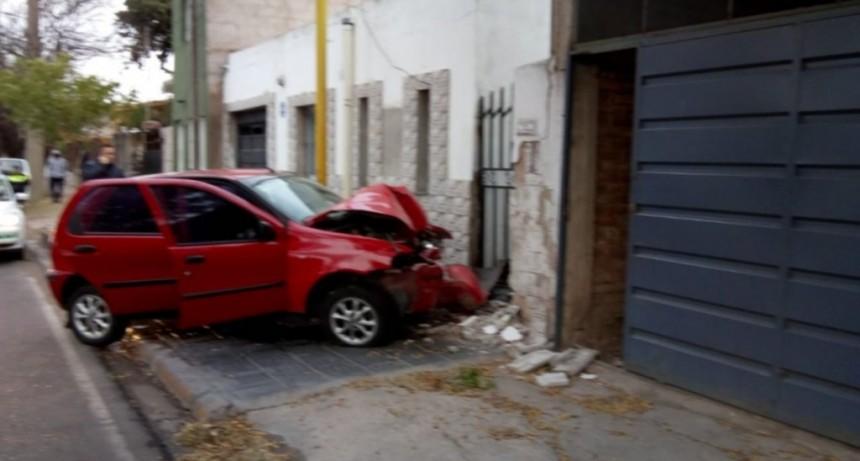 San Luis: un automovilista alcoholizado chocó contra una casa frente a la Jefatura de la Policía