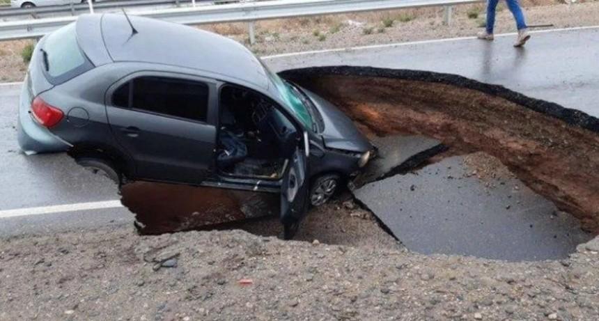 Una Ruta de Neuquén se tragó un auto