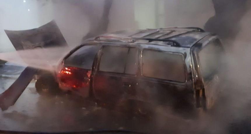 San Luis: bomberos sofocaron el incendio de una camioneta