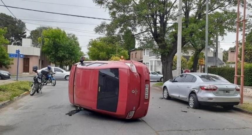 Villa Mercedes: un automovilista se distrajo, chocó a otro auto y volcó