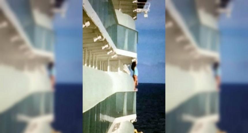 Quiso sacarse una selfie atrevida y logró la expulsaran de por vida de un crucero
