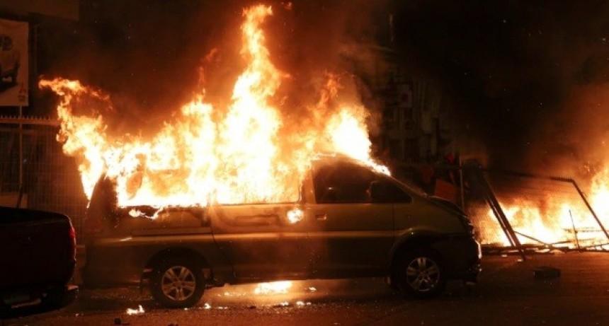 Chile enfrenta su primer día hábil tras el toque de queda sin clases, con transporte limitado y nuevas convocatorias a las protestas que ya dejaron 11 muertos