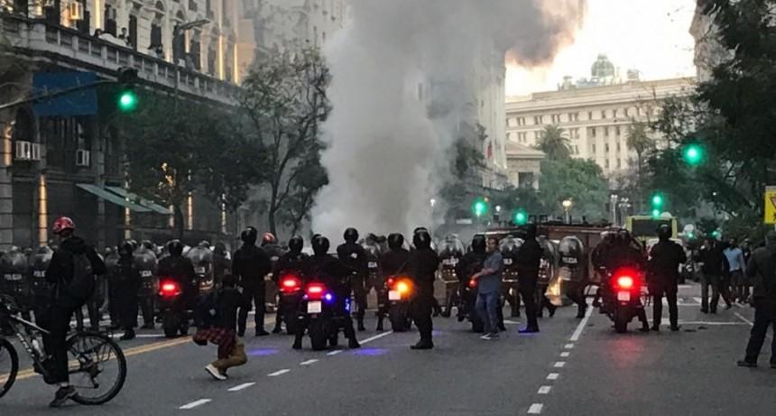 Protesta, incidentes y corridas frente al consulado de Chile: hay tres heridos