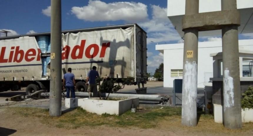 Naschel: un camión chocó contra una columna del tendido eléctrico y dejó sin luz a los vecinos de la zona