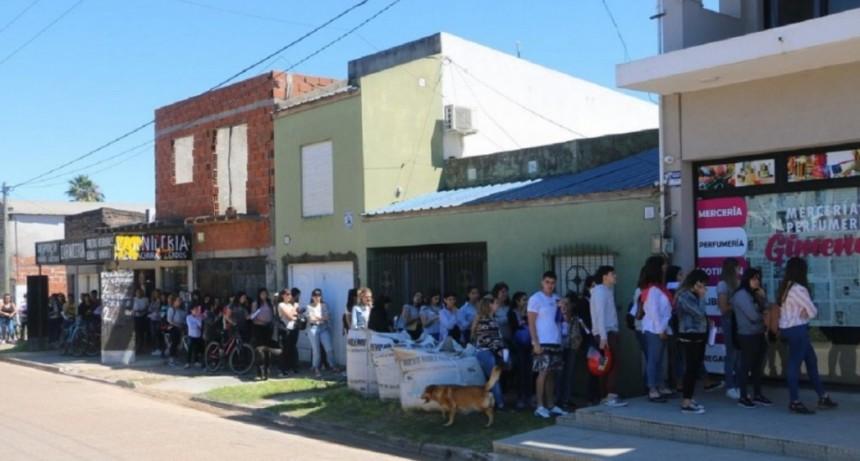 Cerca de 300 personas y más de dos cuadras de cola por dos puestos de trabajo en una mercería