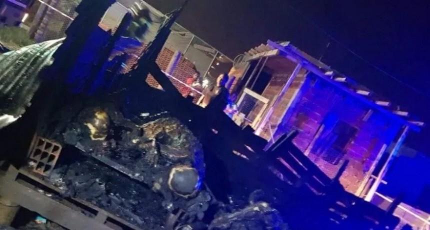 No tenían luz, prendieron vela y se incendió la casilla: tres hermanos muertos