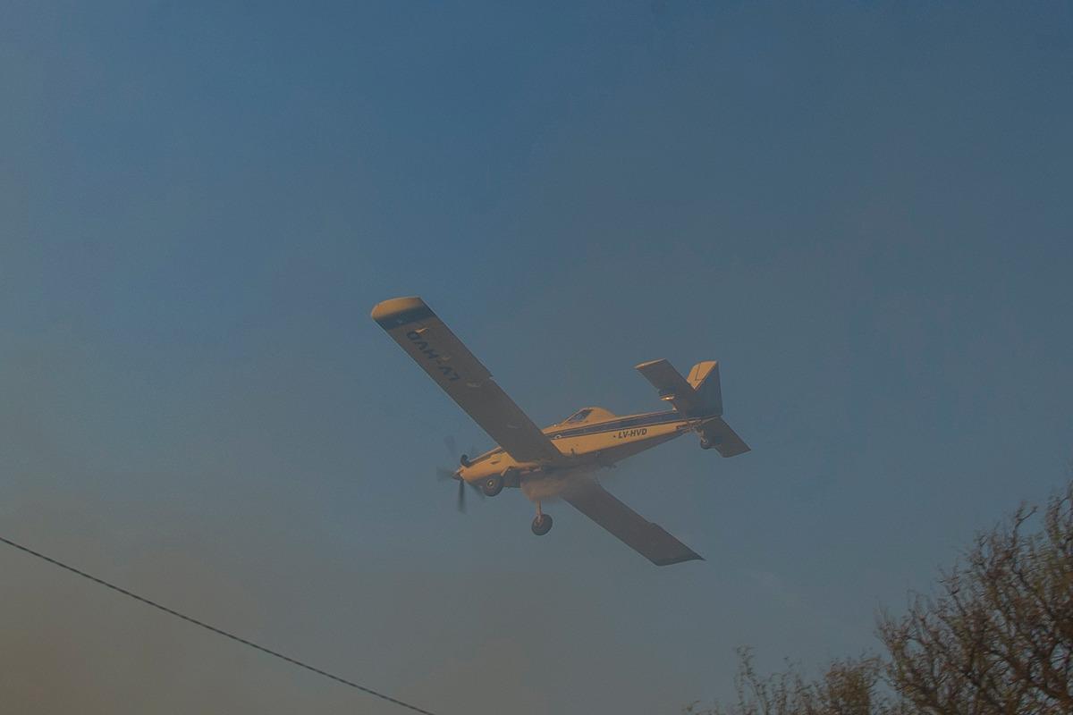 Bomberos y brigadistas continúan trabajando para controlar un incendio al pie de las Sierras Centrales