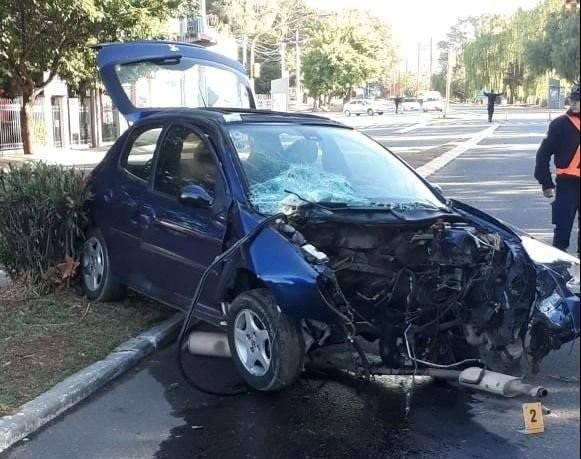 Juana Koslay: un menor conducía alcoholizado, chocó contra un árbol y terminó sin el motor del auto