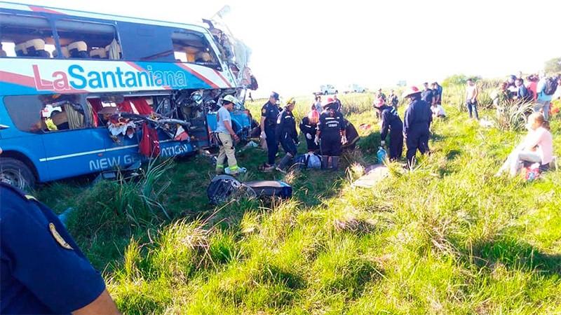Choque brutal entre un colectivo de larga distancia y un camión en Gualeguaychú: cuatro muertos y decenas de heridos