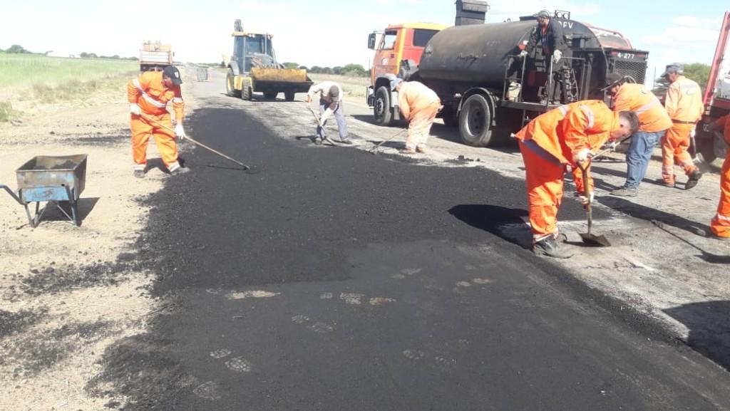 Realizan mejoras en caminos de toda la provincia