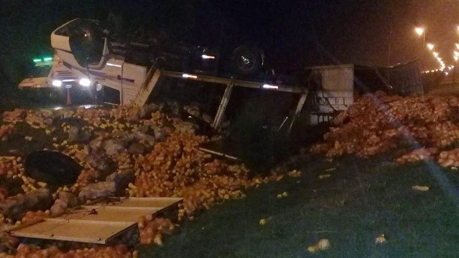 San Luis: un camión que transportaba zapallo volcó en la Autopista Serranías Puntana
