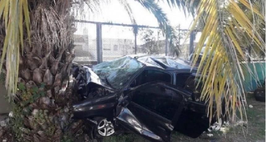 Quilmes: un auto chocó contra una palmera y murieron tres jóvenes
