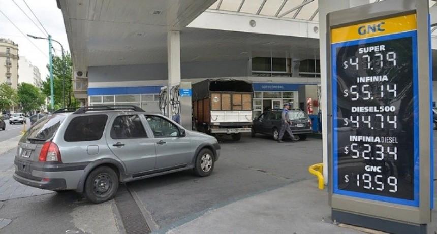 El Gobierno oficializó las subas en el impuesto a los combustibles y podría haber más incrementos para los consumidores en diciembre