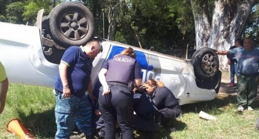 Preso intentó ahorcar a agente cuando volvía de declarar: el patrullero volcó