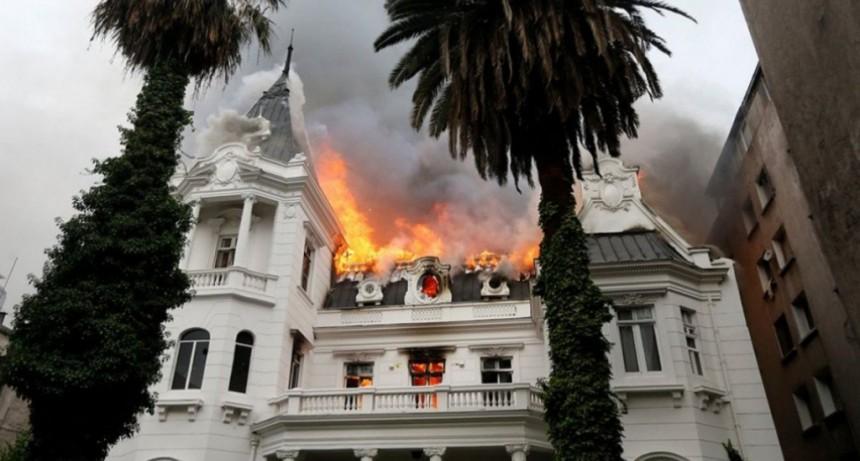 Tensión y nuevos incidentes en Chile: se incendia el edificio de una universidad