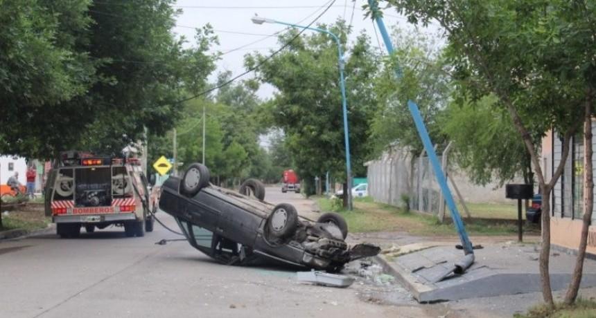 Villa Mercedes: conducía alcoholizado, chocó con un poste de luz y terminó volcando