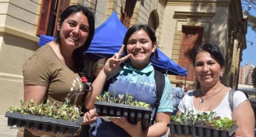 """El Plan """"Una familia, una huerta"""" retoma con la entrega de plantines a vecinos de 23 barrios de la ciudad"""