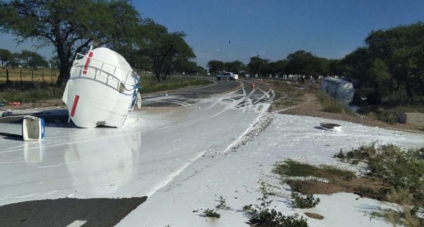 San Luis: un camión que transportaba químicos volcó, derramó la sustancia y el conductor se quebró las dos piernas