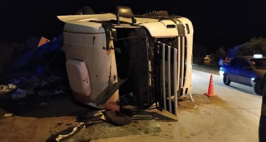 Justo Daract: un camión que transportaba vino volcó y la gente se llevó toda la carga