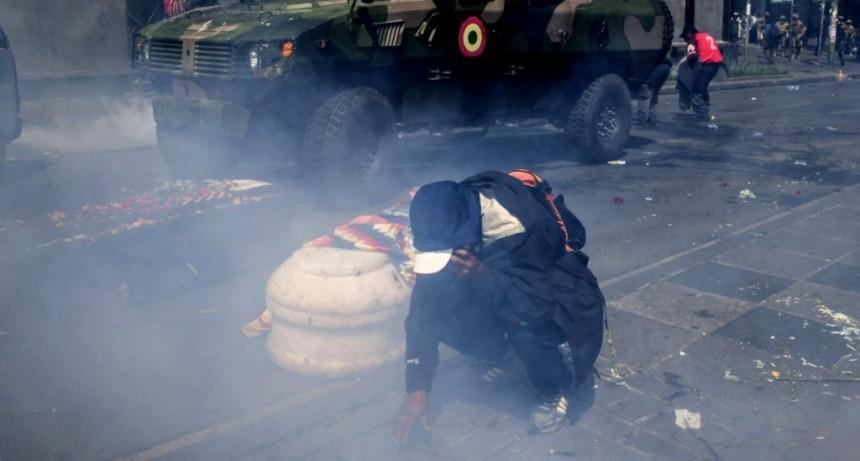 Violenta represión del gobierno de Bolivia a la marcha de los féretros en la que despedían a ocho muertos