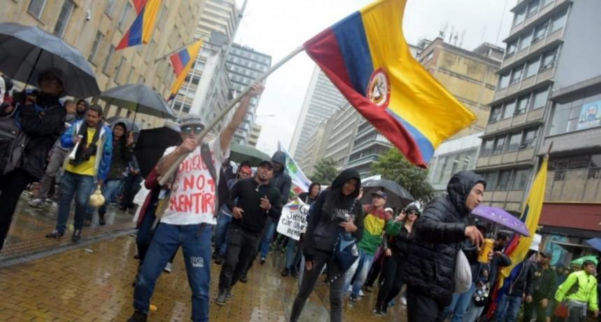Paro general en Colombia: reprimieron marchas en todo el país e impusieron toque de queda en Cali