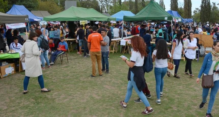 Estudiantes de unas 150 escuelas sanluiseñas exponen sus innovadores trabajos curriculares en el Parque de las Naciones