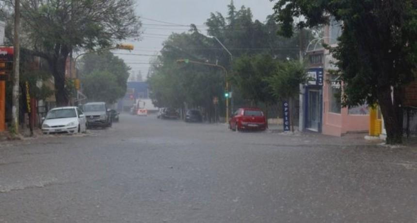 Merlo: una fuerte lluvia anegó calles y generó la crecida de arroyos