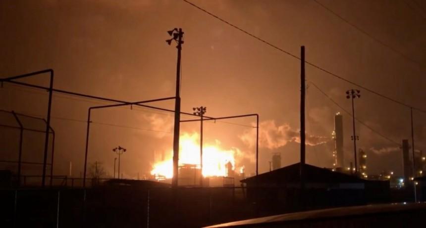 Texas: fuertes explosiones en una planta petroquímica en Port Neches