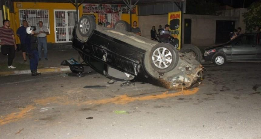 San Luis: un auto volcó en la avenida Juan Gilberto Funes