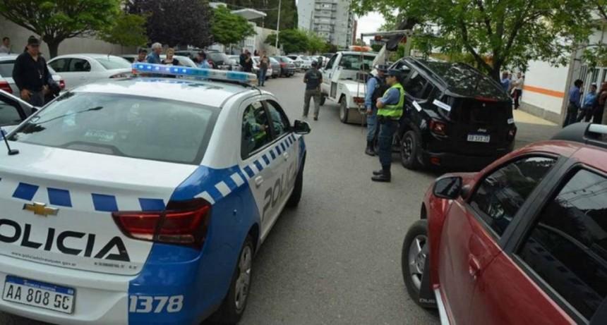 Un karateca discutió con un inspector de tránsito, lo noqueó de un golpe y se atrincheró en su camioneta