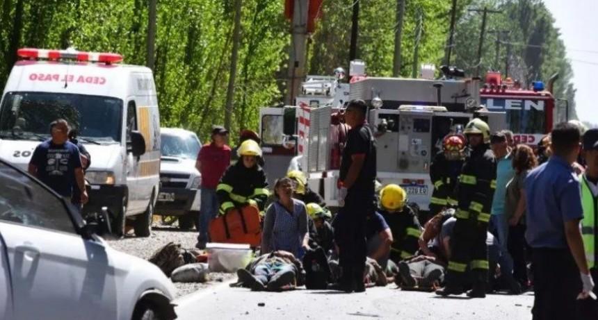 Choque frontal entre auto y micro: un muerto y 22 heridos