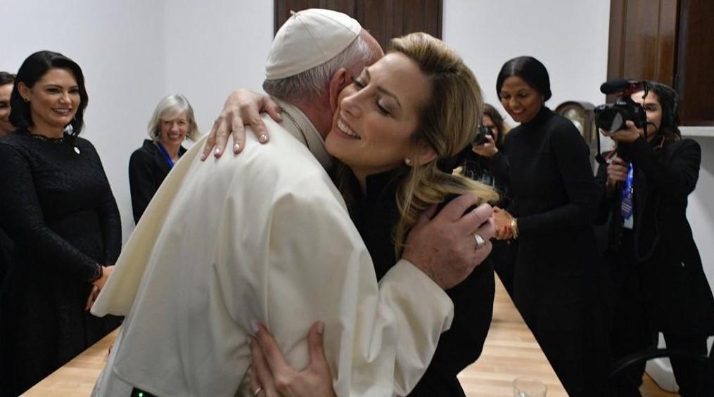 Fabiola Yáñez se reunió con el papa Francisco y le regaló un cáliz