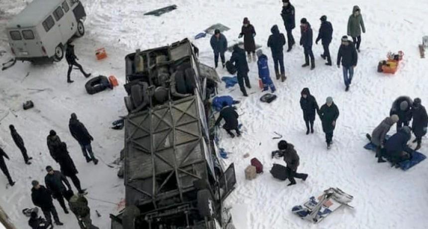 Tragedia en Rusia: un bus cayó a un río congelado y murieron al menos 19 personas