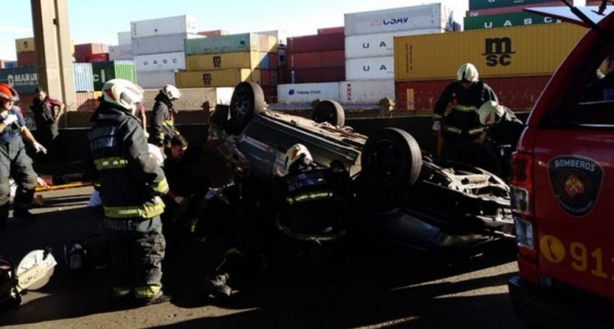 Choque y vuelco en el puente Avellaneda: un muerto y seis heridos