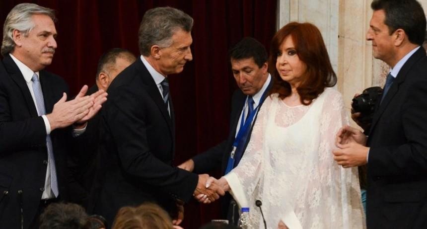 El tenso saludo de Mauricio Macri con Cristina Kirchner durante el traspaso de mando