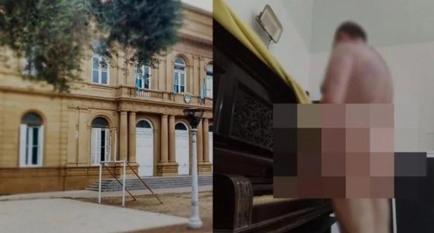 Profesor de música se fotografió desnudo en el aula junto a un piano