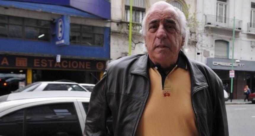 """Roberto Fernández, atrincherado en el techo del edificio de la UTA: """"Si suben los mato a fierrazos"""