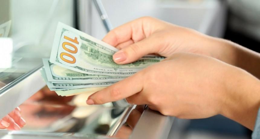 La compra de dólares para ahorro también tendrá el impuesto de 30% y continuará vigente el cepo