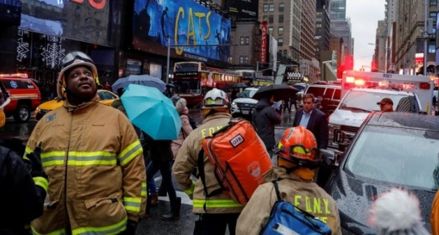 Una mujer murió en Times Square al caerle escombros de la fachada de un edificio